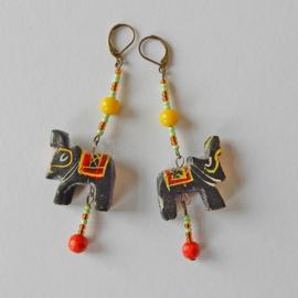 Houten olifantjes aan haken van nikkelvrij brons (9 cm lang)