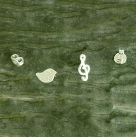 Vogeltje en muzieksleutel van zilver
