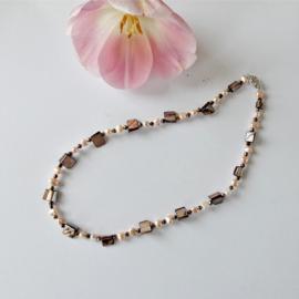 Halsketting van roze zoetwaterparels met parelmoer en goudkleurige kristallen en een slot van sterling zilver (50 cm)