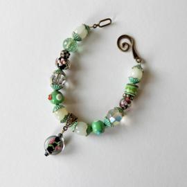 Armband van groene glaskralen met kapjes van groen brons (21 cm lang)