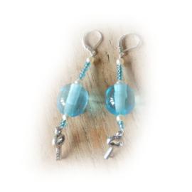 Blauw acryl met pareltjes en glaskraaltjes + sleuteltje