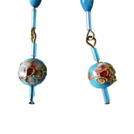 Oorbellen van parelmoer, glasstaafjes en geëmailleerde kraal (8 cm lang)