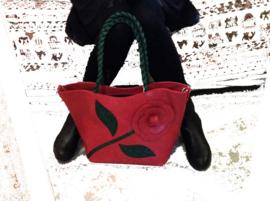Grote rode leren tas met bloem en groene blaadjes