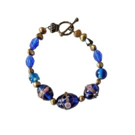 Goudkleurige zoetwaterparels met blauw Muranoglas (20 cm)