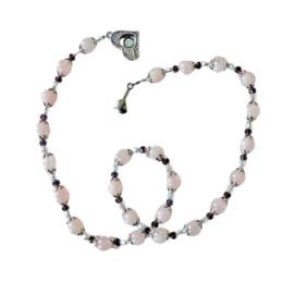 Ketting + armband + oorbellen van rozenkwarts en kristal (49 en 18 cm lang)