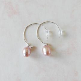 Grijs-roze zoetwaterparels aan ronde zilveren haken (3,5 cm)