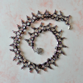 Halsketting van parelmoerbrokken, kristal en glaskraaltjes (45 cm lang)