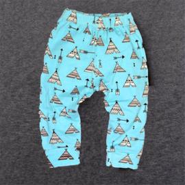 Blauw broekje van zachte tricot katoen met wigwam in maat 68-74