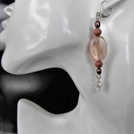 Roze oorbellen van oud glas, natuursteen en zoetwaterpareltjes (7 cm lang)