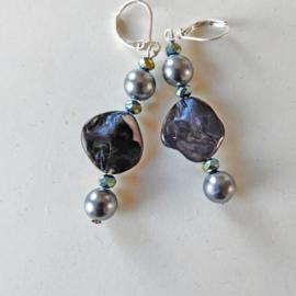 Parelmoer in grijs met parelkralen en blauwe kristallen