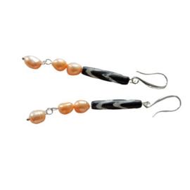 Oorbellen van oranje zoetwaterparels met een Afrikaanse kraal (8 cm lang)
