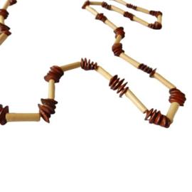 Ketting van rietstaafjes en pitten (68 cm lang)