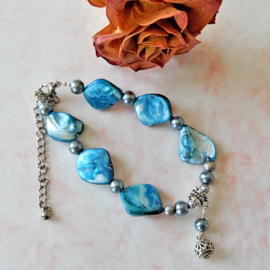 Armband van blauwe parelmoer met zilverkleurige zoetwaterparels (verstelbaar van 20,5-27 cm)