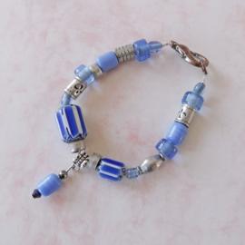 Armband van blauw glas en handgemaakte keramiek kralen (19 cm lang)