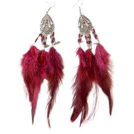 Donkerrode veren aan zilverkleurige hanger (ongeveer 16 cm lang)