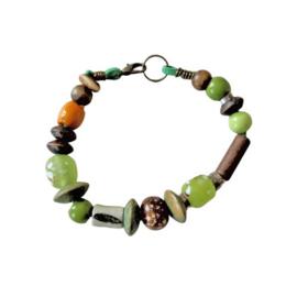 Groen suède armband met hout, glas en keramiek (19 cm lang)