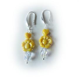 Gele bloem en hartjes van glas met een kristal