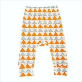 Broekje van zachte tricot katoen met oranje en grijze driehoeken ion maat 68-74