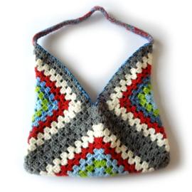 Gehaakte tas in grijs met blauw, groen en rood (30 x 27 - de uitsparing)