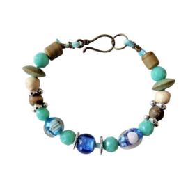 Blauw suède armband met glas, hout, keramiek en metaal (21,5 cm lang)