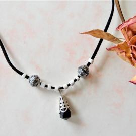 Zwart suède halsbandje met wit en zwarte hanger (44 cm lang)