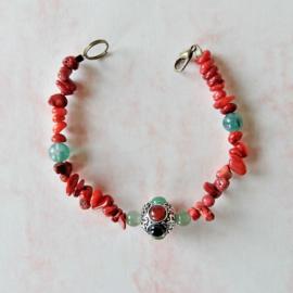 Armband van oud koraal, aventurijn en een Tibetaanse kraal (20 cm lang)