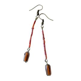 Oorbellen van rode glasstaafjes en hanger van glas in draad gewikkeld (7,5 cm lang)