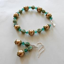 Armband + oorbellen van goudkleurige parelkralen, kristal en kralen en eindkapjes van brons (18 cm lang)