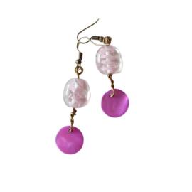 Oorbellen van helder glas met een beetje roze en lila parelmoer (6 cm lang)