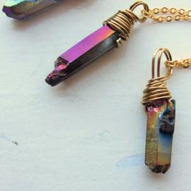 Paarsachtig metallic kristal in gouddraad gewikkeld aan goudkleurige ketting