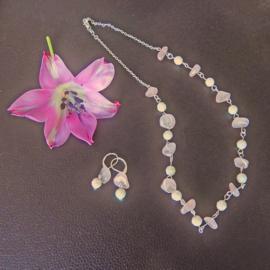 Ketting + oorbellen van rozenkwarts met kristal (50 cm lang)