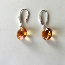 Zilveren oorbellen met goudgele hanger van acryl
