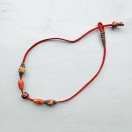 Rode suède halsband met houten kralen (43 cm lang)