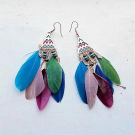 Veertjes in 5 kleuren aan bewerkte hanger met kraaltjes (10 cm lang)