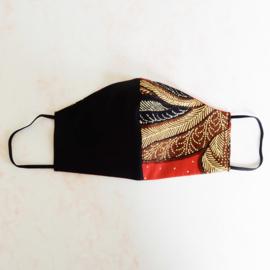 Zwart/rood-zwart mondkapje (double face) van cool wool en batik met zwart elastiek