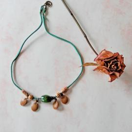 Groen suède halsbandje met hout en glas (54 cm lang)