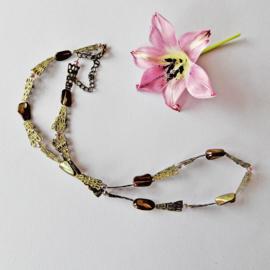 Halsketting van bruin parelmoer en lila kristal met platgeslagen brons (61 cm lang)