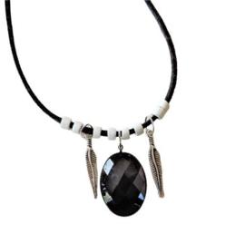 Zwart suède halsbandje met zwarte hanger en metalen veertjes (40 cm lang)