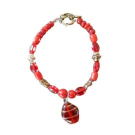 Armband van rood glas en brons met glashanger  (18,5 cm lang)