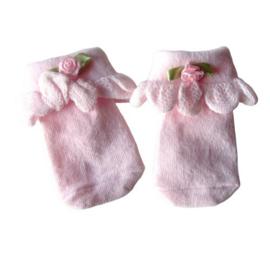 Kleine katoenen sokjes voor een newborn, roze met een roosje