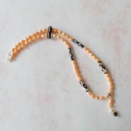 Halsketting van licht oranje zoetwaterparels met Afrikaanse kralen van been (56,5 cm lang)