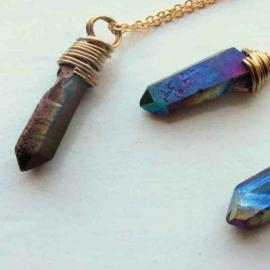 Donkerblauwe metallic hanger in gouddraad gewikkeld aan een goudkleurige ketting