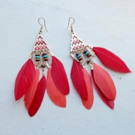 Rode veertjes aan bewerkte hanger met kraaltjes (10 cm lang)