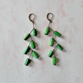 Oorbellen van brons en groen hout (8,5 cm lang)