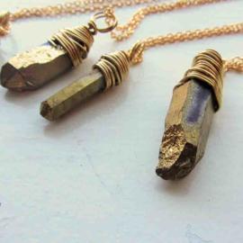 Gouden kristal gewikkeld in gouddraad aan een ketting van 45 cm