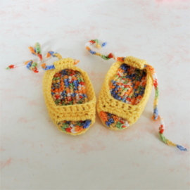 Kleine gele gehaakte peeptoe sandaaltjes (voor maat 62-68)