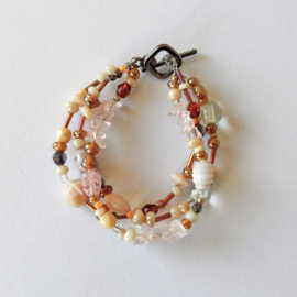 Armband van 3 strengen met kralen van schelpjes en glas (18,5 cm lang)