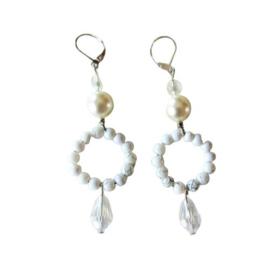 Witte glaskraaltjes met een hanger van bergkristal