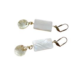 Oorbellen van wit parelmoer met hangertjes (7 cm lang)