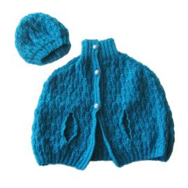 Gebreide cape met muts in helderblauw (maat 74)